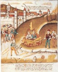 """Zürich, 1482: Ritter Richard von Hohenburg wird mit seinem Burschen Anton Mätzler aus Lindau im Beisein von 10 000 Menschen wegen der """"Ketzerei"""", die sie aneinander begangen hätten, lebendig verbrannt."""