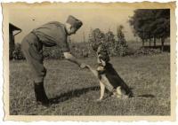 Der Schäferhund des SS-Offiziers Karl Höckers gibt Pfötchen
